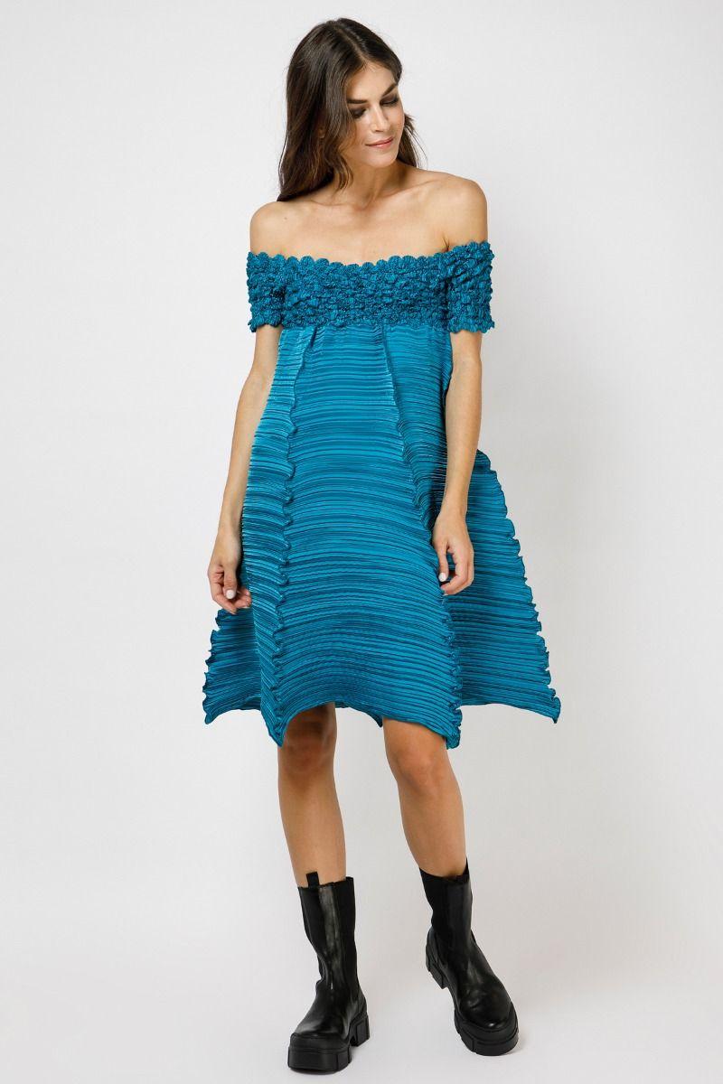 Φόρεμα με έξω τους ώμους από πλισσαρισμένο ύφασμα