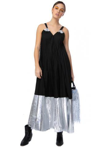 Μακρύ μαύρο φόρεμα με μεταλλικές λεπτομέρειες