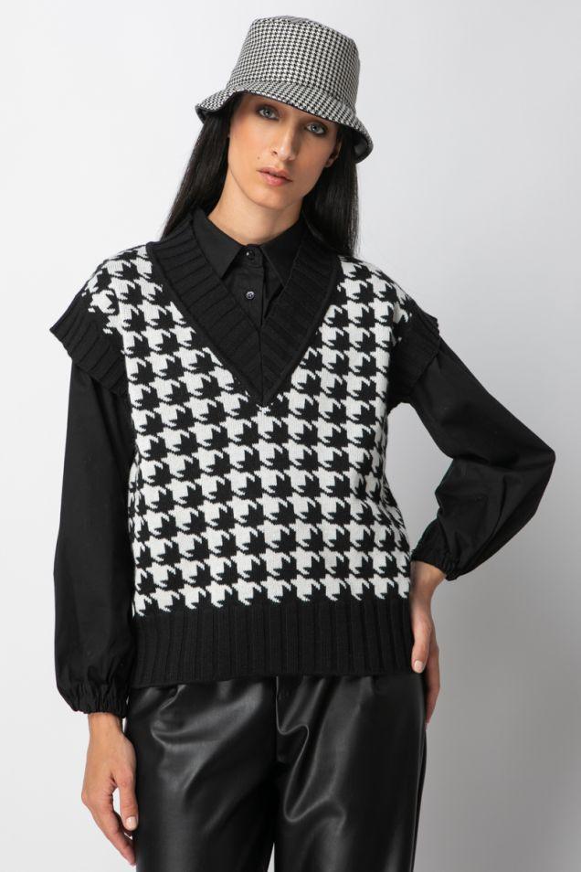 Knit vest in black and white pied de poule